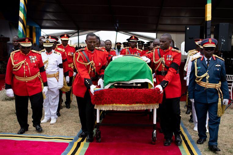 De kist van John Magufuli tijdens zijn uitvaart in Chato, maart 2021. De Tanzaniaanse president stierf onverwacht.  Beeld Luke Dray / Getty