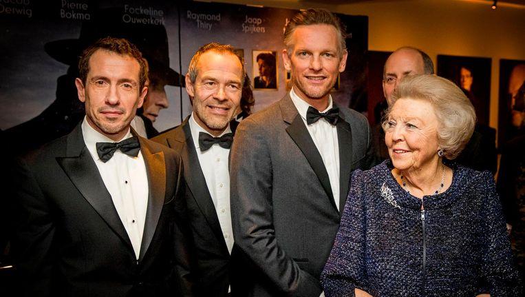 Prinses Beatrix met Barry Atmsa, Jacob Derwig en Joram Lursen tijdens een ontmoeting met de cast van Bankier van het Verzet in het DeLaMar Theater. Beeld anp
