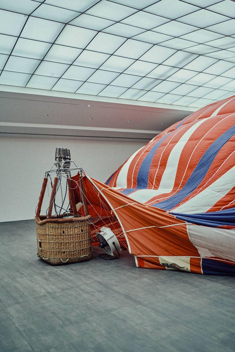 T.Y.F.F.S.H. (2011), het serene spektakelstuk van een half opgeblazen heteluchtballon. Beeld Thomas Sweertvaegher