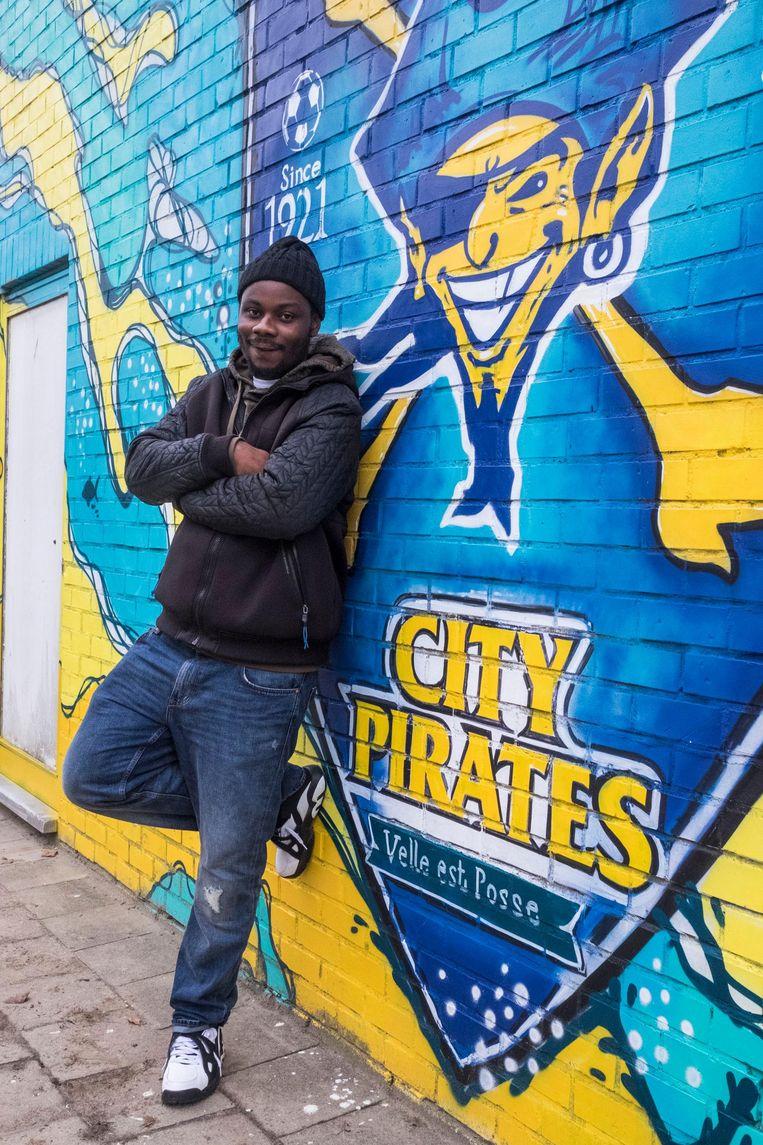 Op zijn 16de kwam Charly Badibanga in de beruchte gevangenis Rikers Island in New York terecht. Nu houdt hij op Linkeroever jonge gasten op het rechte pad, onder andere via de City Pirates.