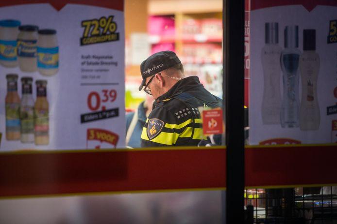 Gewapende overval door twee tieners in winkelcentrum Woensel in Eindhoven.