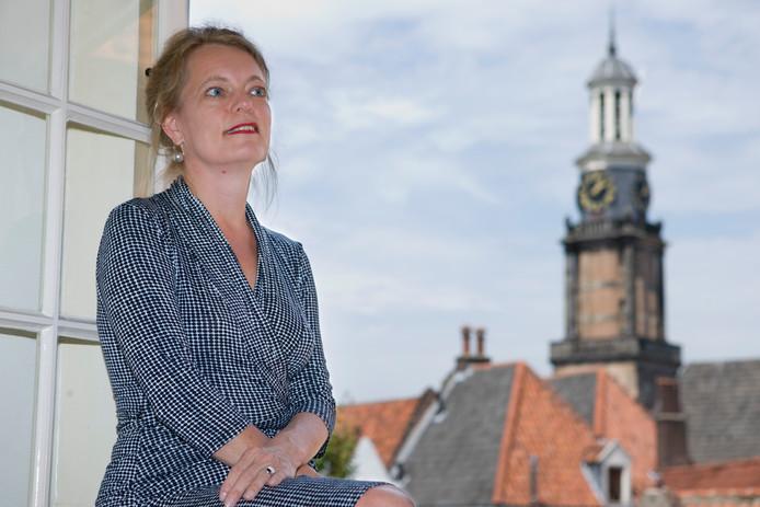 Gerdien Verschoor, met op de achtergrond de Wijnhuistoren in Zutphen.