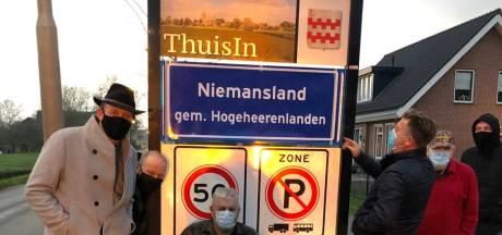 Actiegroep beplakt uit protest vijftig komborden in Vijfheerenlanden: 'Je rijdt nu Niemansland in'