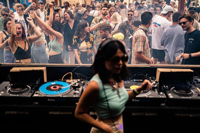 Het festivalseizoen is weer begonnen, hier bij de Lofi Opening Weekender in Amsterdam. Vooral bij jongeren gaat het aantal besmettingen 'heel hard', zegt het RIVM. Beeld Joris van Gennip