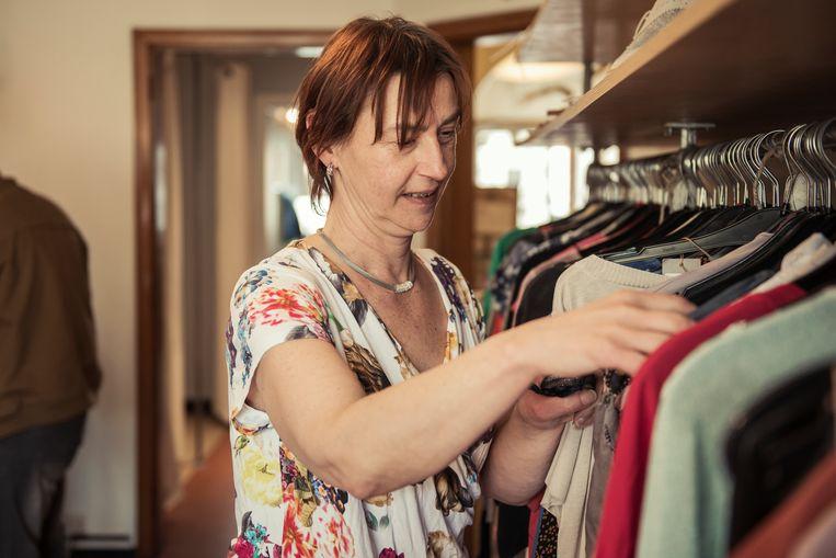 Ingrid bekijkt de kleren in de winkel van Binnenste Buiten. Als alleenstaande heeft ze het niet breed en is ze blij met het goedkopere aanbod in de boetiek. Beeld Tim Coppens