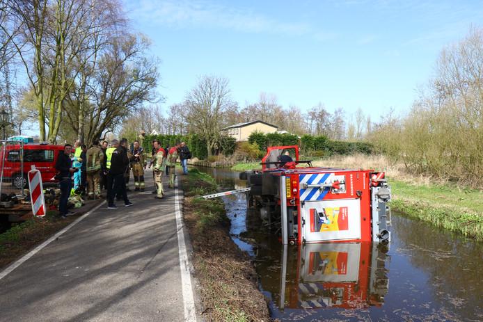 Een brandweerwagen die vanmiddag met spoed op een aanrijding tussen een trein en een persoon bij de Groeneweg in Schiedam afging, is in een sloot beland.