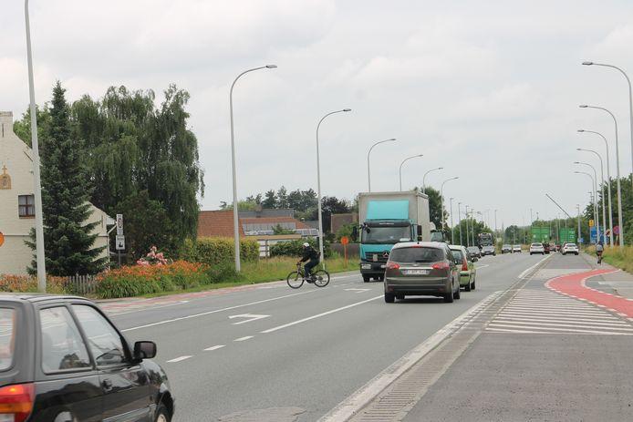 Het kruispunt van de Klijte- en Krekelstraat met de Rijksweg is nu gevaarlijk voor fietsers.
