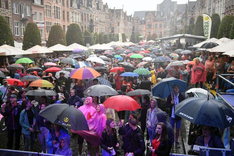 Het was over de paraplu's lopen zaterdagavond op de Oude Markt in Leuven.