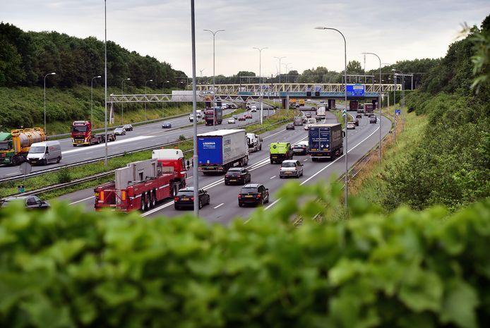 Snelweg A27 nabij landgoed Amelisweerd in Utrecht.
