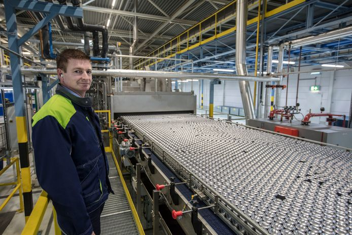 Directeur Marco Snoeren bij een van de twee productielijnen.