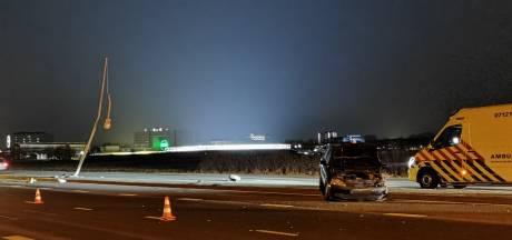 Automobilist knalt met auto tegen lichtmast op Mansholtlaan Wageningen