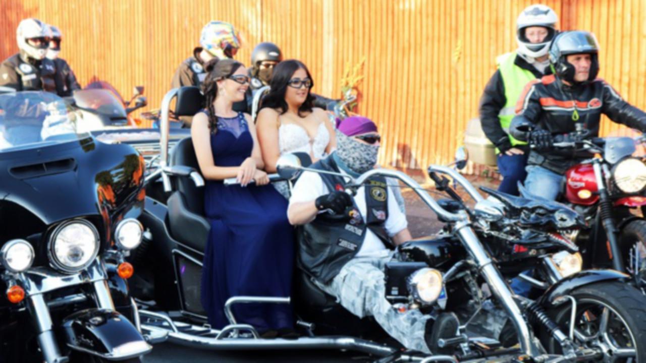 Une escorte bruyante de 300 motards pour arriver au bal, la classe!