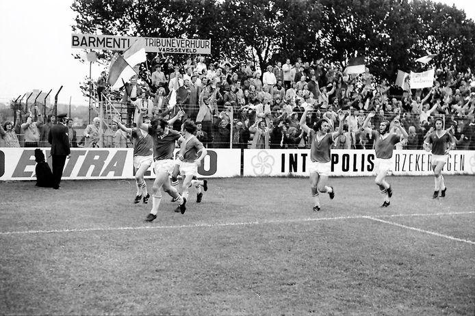 Spelers van De Graafschap vieren de promotie van 1973 met de meegereisde supporters.