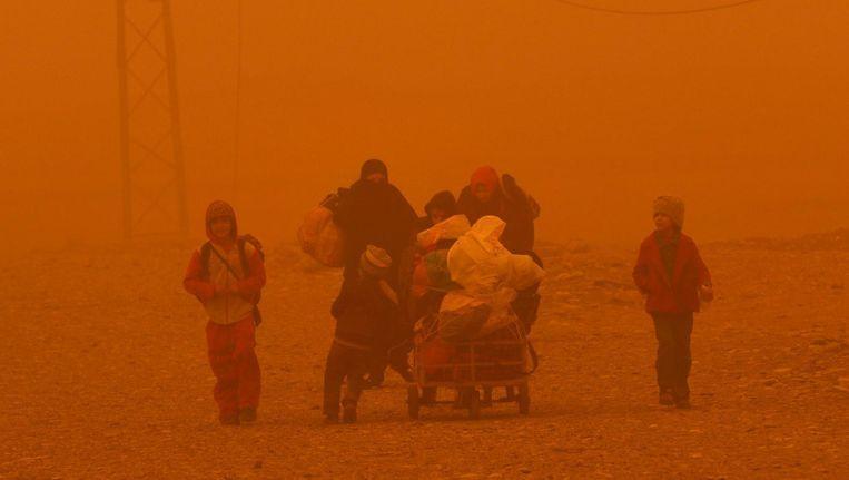 Door de zandstorm vlucht een groep van Mosoel naar Gogjali. Beeld afp