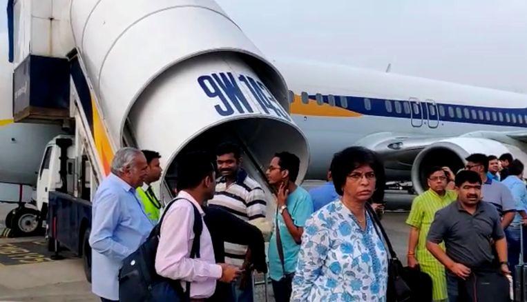 Passagiers van Air India na een noodlanding in Mumbai.