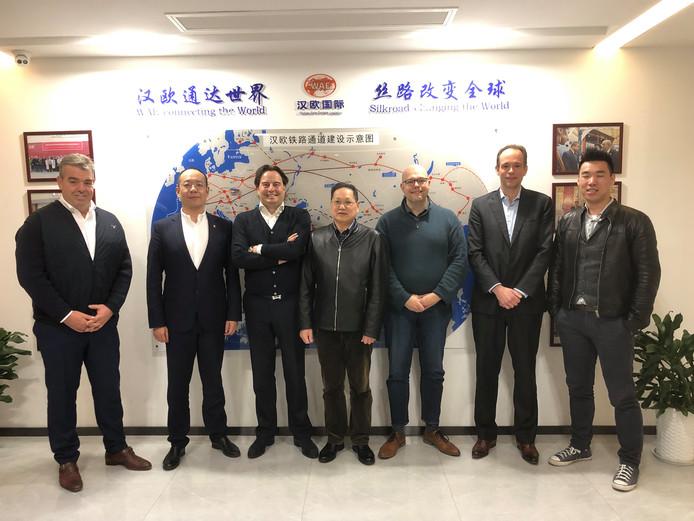 Directeur Erwin Cootjans van Nunner (derde van links) in Wuhan, waar de overeenkomst voor de spoorverbinding tussen Amsterdam en de Chinese industriestad werd gesloten.