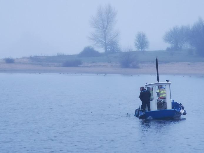 De brandweer ontdekt een tientallen meters lang visnet in het water van bij de Putmanskrib in Herwen.