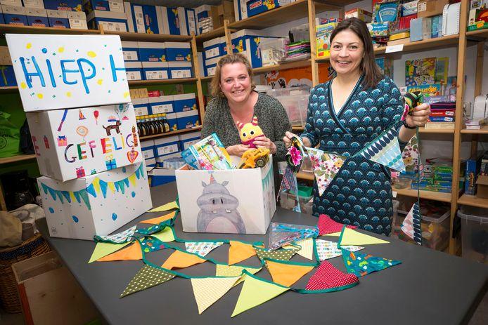 Margriet Oostrom en Saskia Hardeman maken happy Hippo pakketten, verjaardagpakketten voor kinderen wier ouders naar de voedselbank gaan.