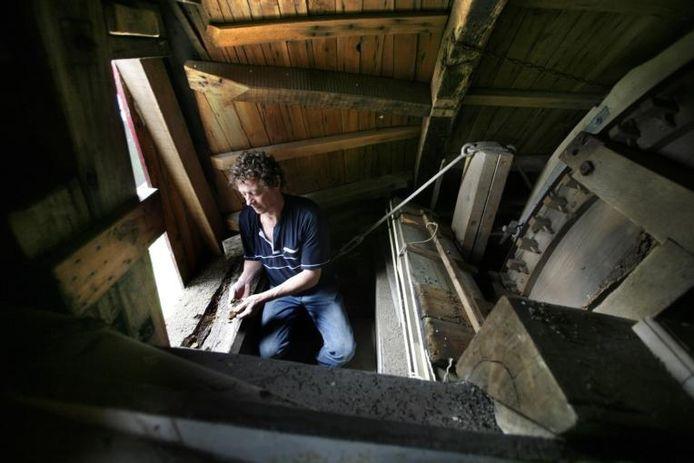 Adelbert van Korlaar toont de rotte plekken in de kap van zijn molen de Sara Catharina in Kerkdriel. Foto Cor de Kock