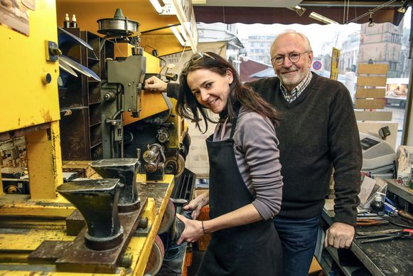 Schoenmaker Monique Oosterhof, hier met haar vader Jan, vraagt om de boete te schrappen.
