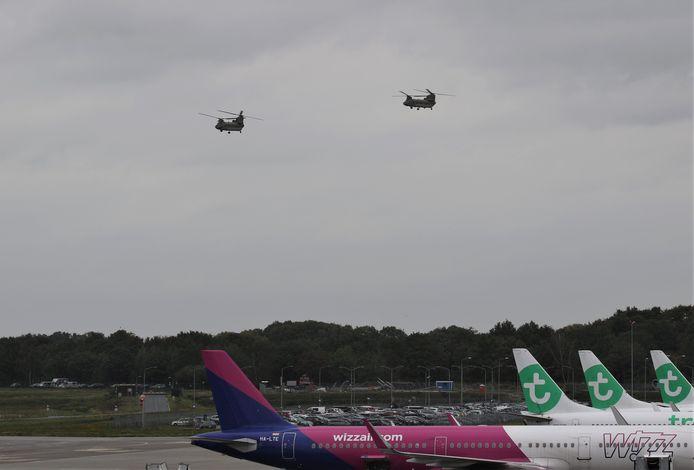 Amerikaanse Chinooks landen op Vliegbasis Eindhoven