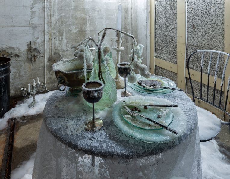 Bianca Bondi laat de chemie graag haar gang gaan op deze gedekte tafel, overwoekerd door zoutkristallen. Beeld C. Eeftinck Schattenkerk
