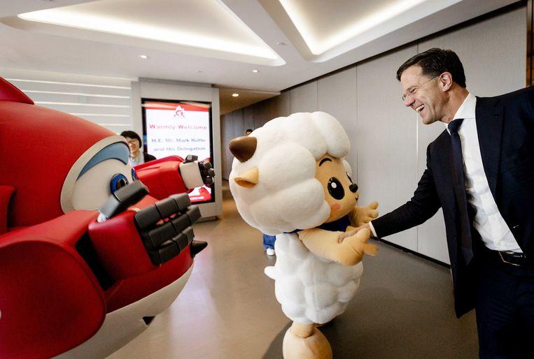 Premier Mark Rutte bij Alpha, het grootste speelgoedbedrijf van China dat in 2018 naar Nederland komt.  Beeld -
