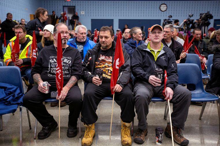 General Motors-medewerkers wachten op de vakbondsbijeenkomst vlak bij de montagehal in Oshawa, Canada. Beeld REUTERS