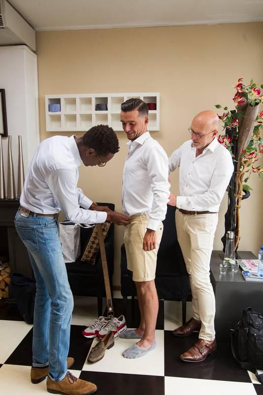 Bij Piet van Putten Herenmode in Deventer tonen ze hoe je er netjes uitziet in een korte broek. Verslaggever Bas Tijhaar krijgt een zomerse outfit aangemeten.