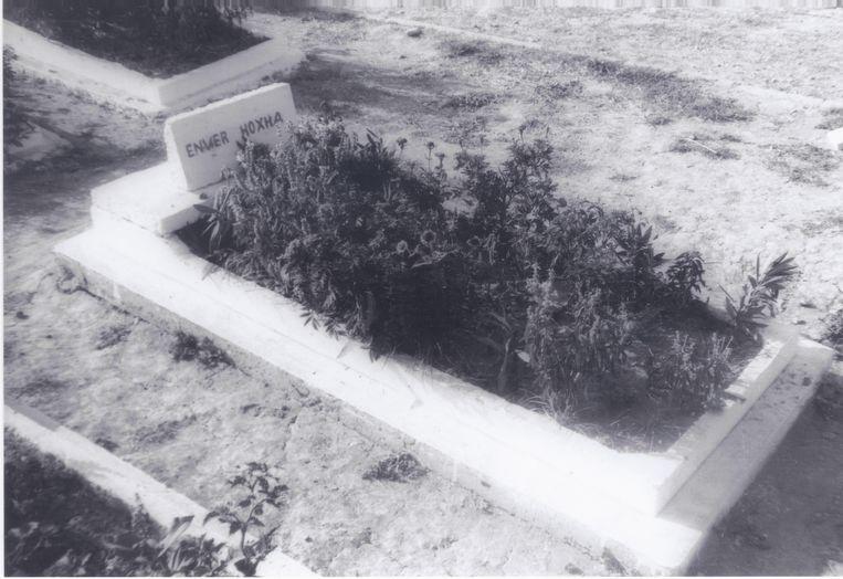 Dictator Enver Hoxha werd uit zijn graf gelicht en herbegraven in een simpel graf.  Beeld Douglas De Coninck
