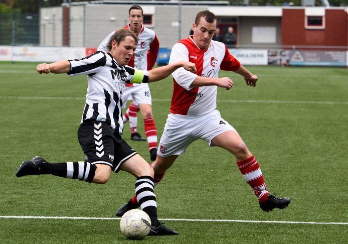 """Centrale verdediger Bart Sijbers (rechts) van SV Lierop schrok toen bekend werd dat veel van zijn teamgenoten een punt achter hun carrière besloten te zetten: ,,Maar het geeft ook weer kansen aan andere spelers."""""""