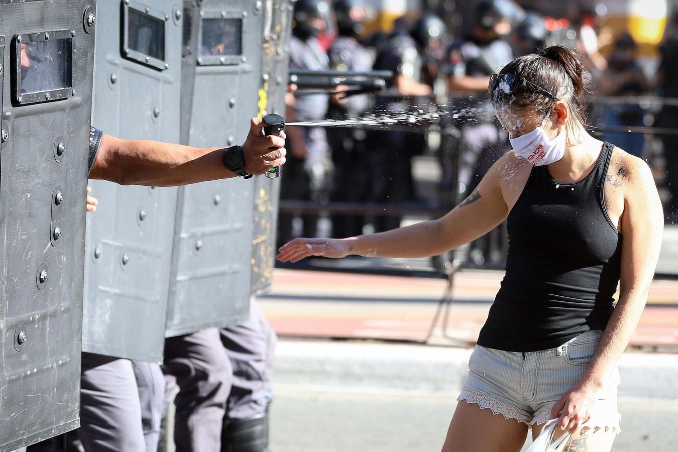 Mobiele eenheid in São Paulo treedt op tegen een demonstrant.