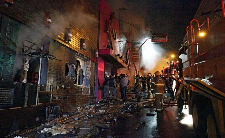 Politie en brandweer buiten de nachtclub in Santa Maria. Beeld afp