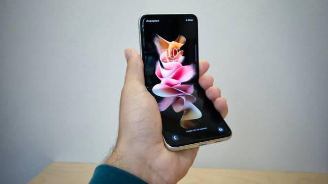 """Onze techjournalist test nieuwe, plooibare Samsung Galaxy Flip 3: """"Je opent hem met een duim, zoals de klaptelefoons van vroeger"""""""
