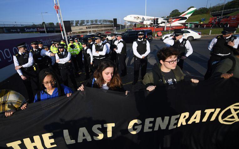 Een twintigtal activisten verzamelde aan Heathrow Airport. De politie houdt een oogje in het zeil.