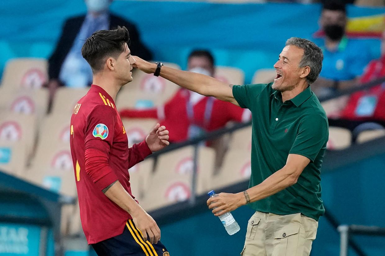 Bondscoach Luis Enrique omhelst zijn spits Alvaro Morata, in Sevilla. Beeld AP