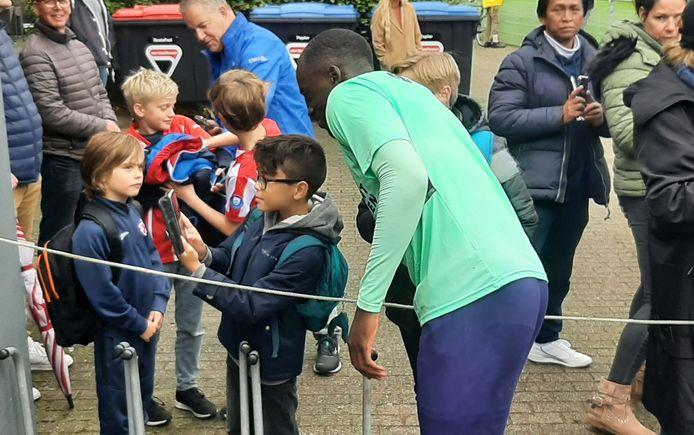 Jordan Teze met een jonge fan op de foto.