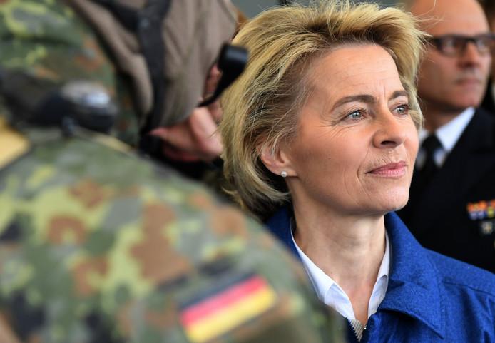 De Duitse minister van Defensie Ursula von der Leyen ligt onder vuur nu blijft dat vijf rechtsextremisten in het Duitse leger zijn geïnfiltreerd.
