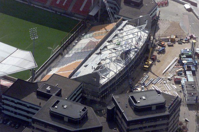 De bouw van de laatste tribune van de Galgenwaard in 2004.