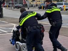 Vrouw in elektrische rolstoel valt stil op spoor in Middelburg, net op dat moment komt er een trein aan