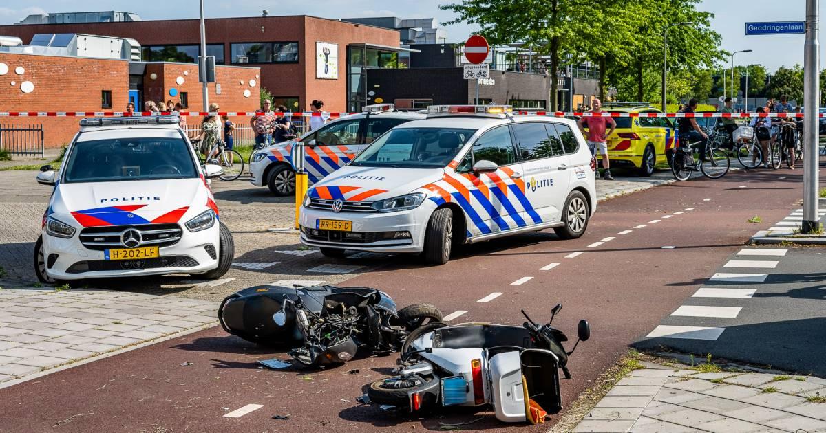 Zwaargewonde bij frontale botsing tussen twee scooters in Tilburg.