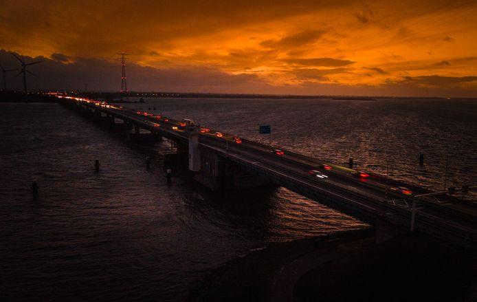 Op de Haringvlietbrug is de komende twee jaar maar één rijbaan beschikbaar en geldt een maximum snelheid van 50.