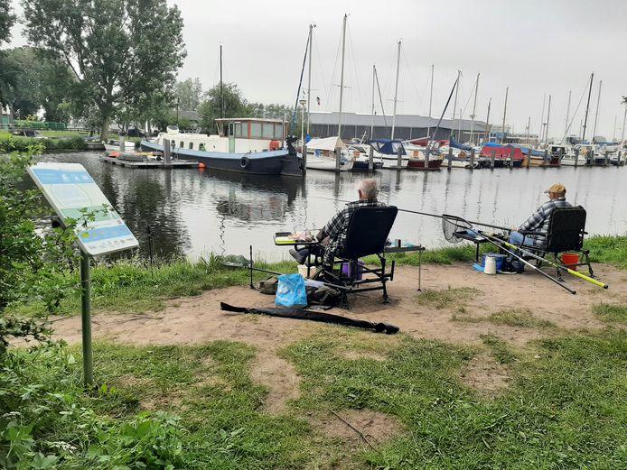 Sportvissers vissen loodvrij in de Eem.