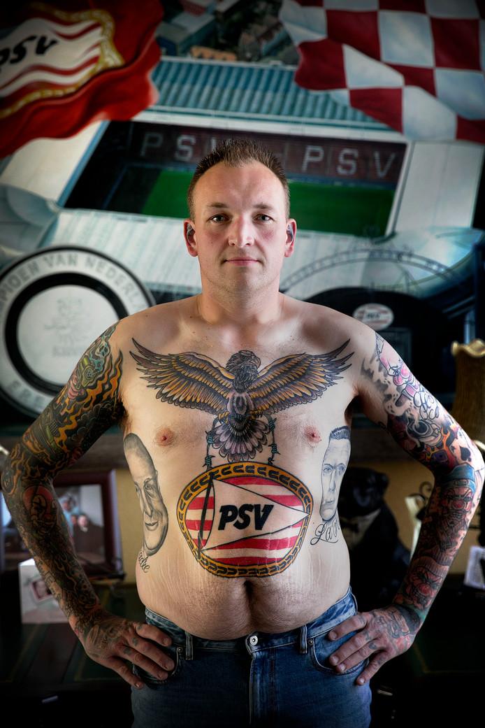 Bert Bovers van PSV Fans United heeft 2 tatoeages op zijn rug laten zetten. Een van Frits Philips en een van Harry van Raaij.
