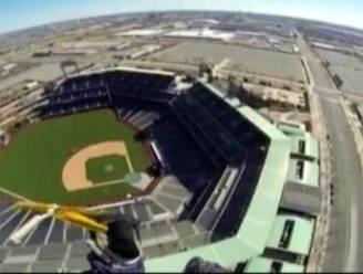 Parachutisten landen in honkbalstadion San Diego