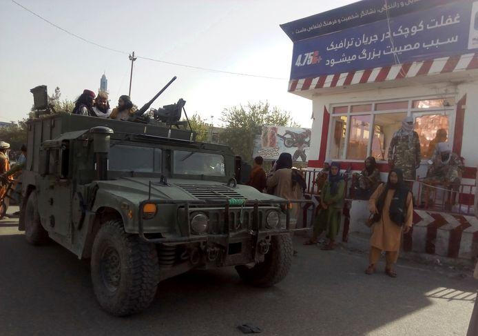 Talibanstrijders bij een checkpoint in Kunduz in het noorden van Afghanistan.
