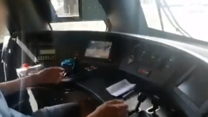 Machinist laat jongen van 15 trein besturen