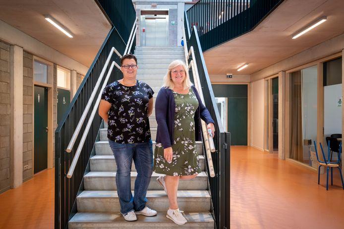 directeurs Katrien Carens en Rita Bogaerts poseren fier op de nieuwe trap