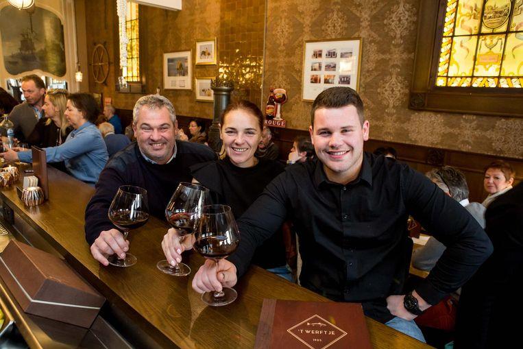 Mike Vandersnickt en Herlinde Preem met zoon Eli, die een passie heeft voor wijn.