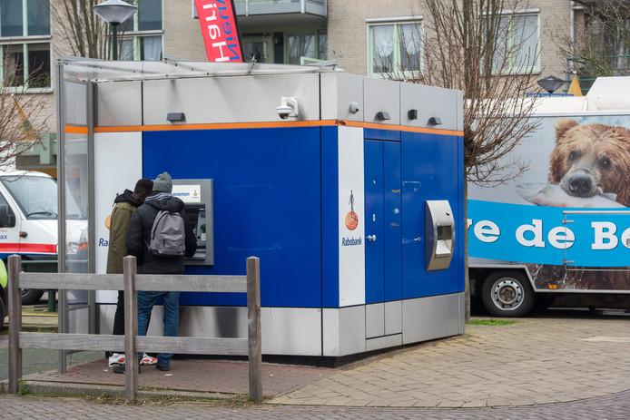 Het scherm van de Rabobank-pinautomaat in Maarheeze is niet te lezen als de zon er op schijnt.